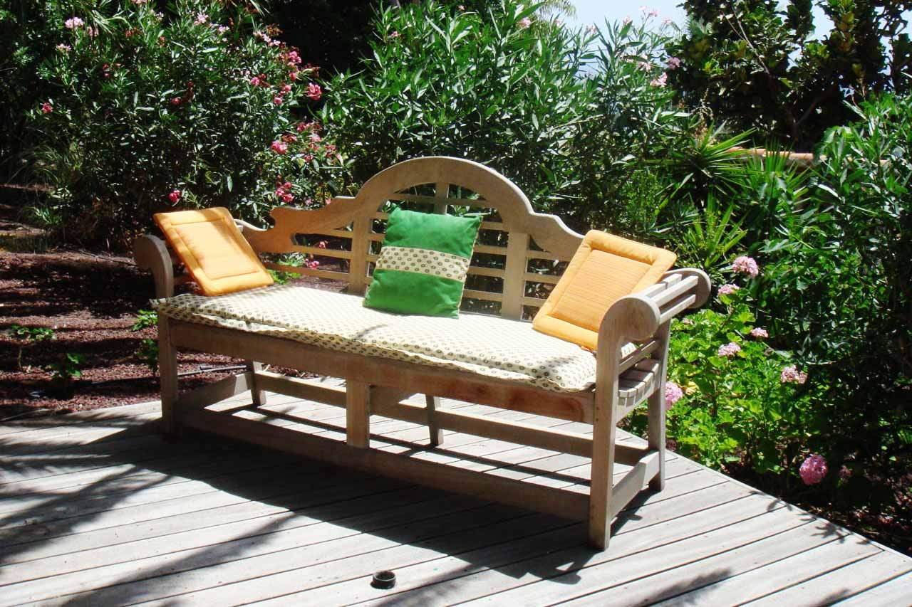 Lots of space and relaxing niches like this bench in the garden