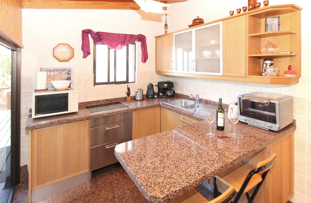 Integrated fully-equipped kitchen.