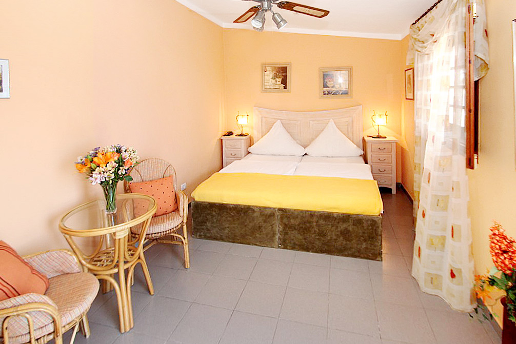 Casa Uvi provides a further bedroom and bathroom for guests at Studio Parlour.