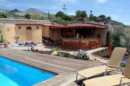 Poolbar mit Gas-Grill, Pool-Landschaft für alle Gäste